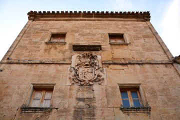 fachada de de piedra con escudo heraldico