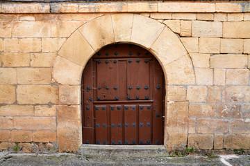 puerta antigua de madera en casa tipica de piedra