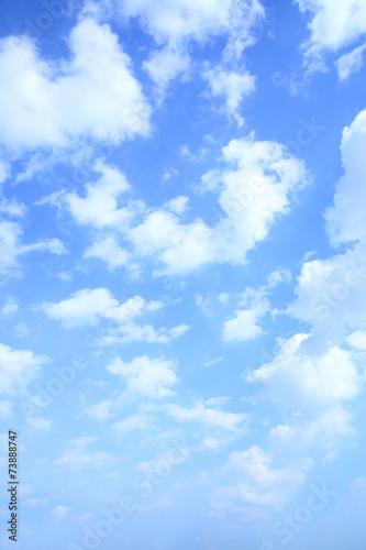 lazurowe-niebo-z-chmurkami