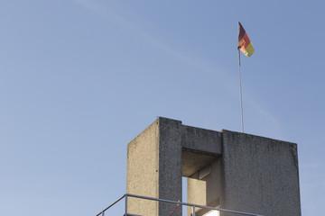 Sprungturm mit Fahne