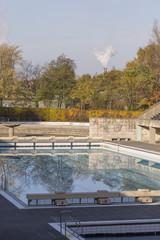 Schwimmbecken im Herbst