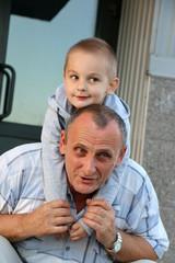 Дедушка с внуком дедушка недоволен внук удивлен