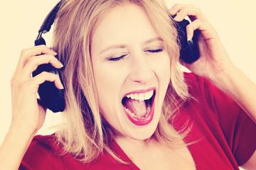 femme avec écouteurs écoutant musique