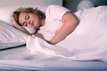 Schlafende junge Frau