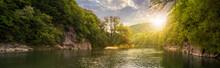 las rzeka z kamieni na wybrzeżu na zachód słońca