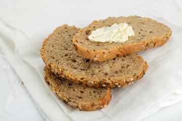 Körnerbrot mit Butter