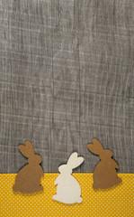 Ostern: Hintergrund mit Osterhasen auf Holz