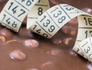 Schokolade mit einem Bandmaß