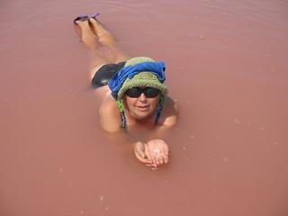 Водные процедуры   в соленой воде лечебного озера
