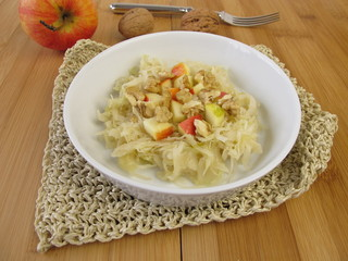 Sauerkrautsalat mit Äpfeln und Walnüssen
