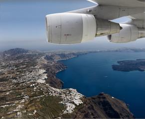 Flugzeug im Landeanflug  Santorin