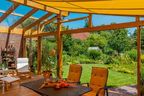 Leinwanddruck Bild Sommerliche Terrasse und Garten