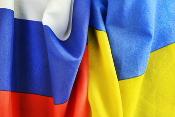 Zerknüllte Fahnen von Russland und der Ukraine