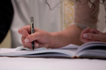 sposa firma il registro