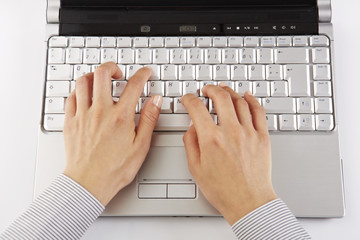 am Laptop, tippen, Aufsicht