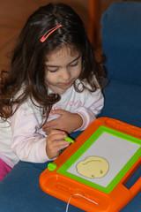 Bambina che disegna lo smile