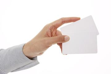 Hand überreicht Kreditkarten 2