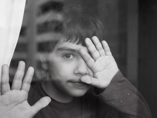 bambino dietro un vetro