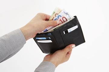 Hand nimmt Geld aus dem Portemonnaie 3