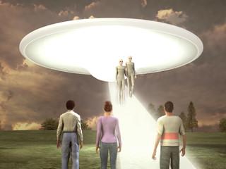 Extraterrestres descendiendo de una nave ante tres personas