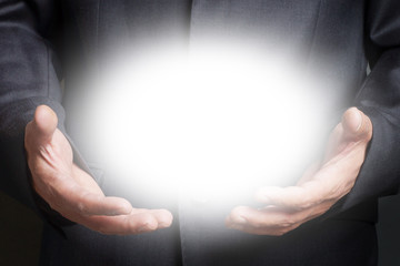 Mann hält strahlendes Licht