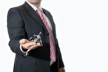 Uomo in ufficio con motocicletta giocattolo