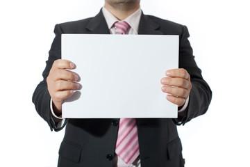 Uomo in ufficio mostra foglio bianco
