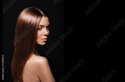 Leinwanddruck Bild Beauty Woman with Very Long Healthy and Shiny Smooth Brown Hair