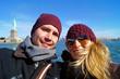 Junges Paar in New York macht ein Selfie