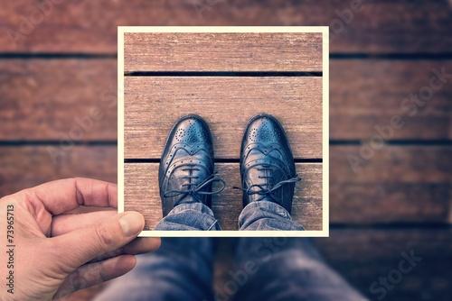 obraz lub plakat Selfie pryszczycy z ręki trzymającej polaroid, rocznik proces