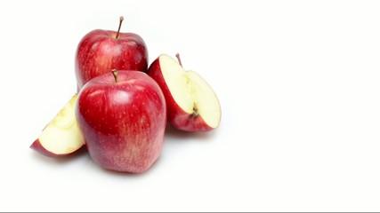 mele rosse rotanti su sfondo bianco
