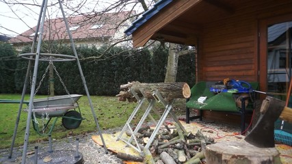 Mann zersägt Holz für Brennholz