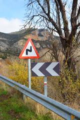 señales de trafico en una carretera de montaña
