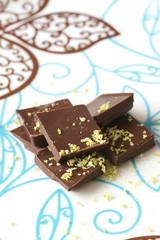 Тёмный шоколад с цедрой лайма на тарелке