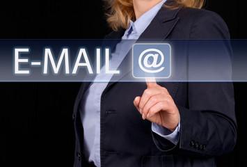 E-Mail Kontakt - Frau mit Touchscreen