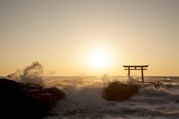 海の鳥居からの日の出