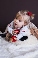 niña jugando en navidad