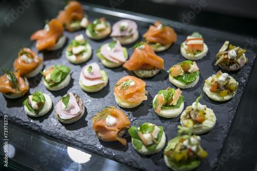 Häppchen und Finger Food  auf Buffet / Catering - 73978379