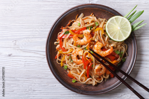 Foto op Canvas Voorgerecht Rice noodles with shrimps and vegetables top view