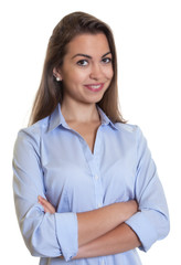 Attraktive Frau mit braunen Haaren und verschränkten Armen