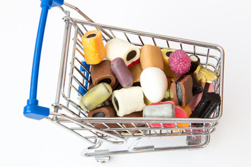 Einkaufswagen mit Süssigkeiten