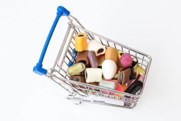 Süßigkeiten in einem Einkaufswagen