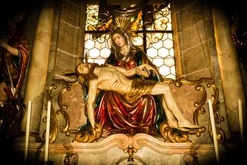 Jesus Christus mit Heiligen in Kirche