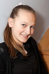 portrait d'une jeune et jolie adolescente