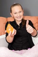 jeune fille qui mange une poire
