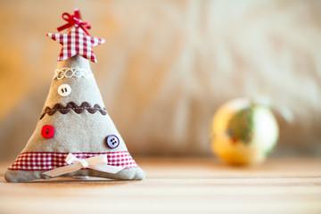 albero di natale di stoffa e palla natalizia