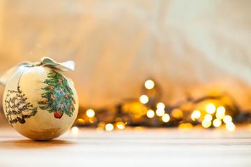 Palla di Natale con luci sullo sfondo