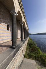 Säulen am Ufer