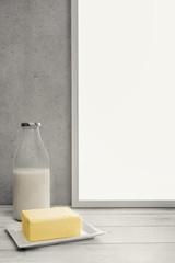 Butter und Milch auf dem Sideboard