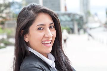 Attraktive Frau mit langen schwarzen Haaren in der Stadt
